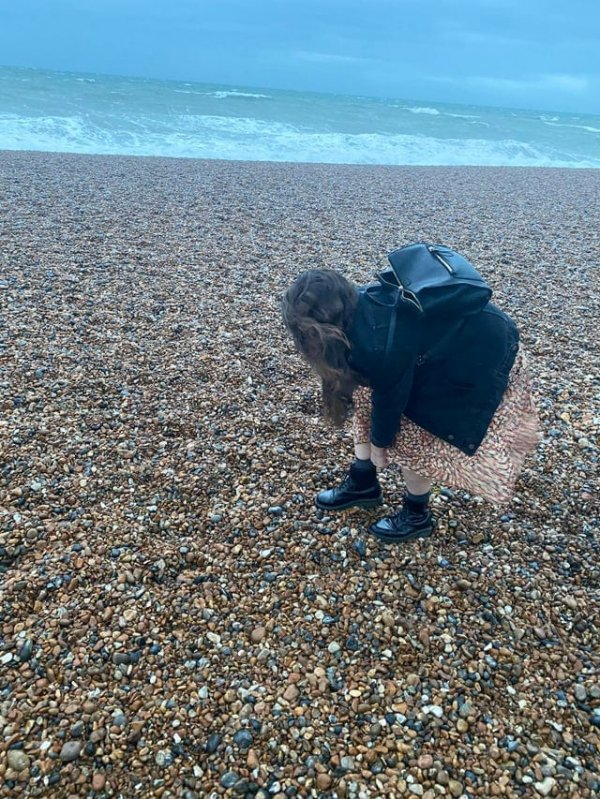 Юбка девушки сливается с камнями на берегу