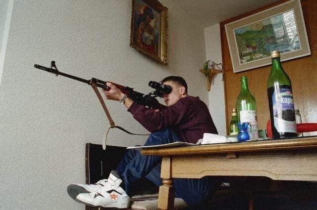 Боснийский снайпер в Сараево. 1992 год.