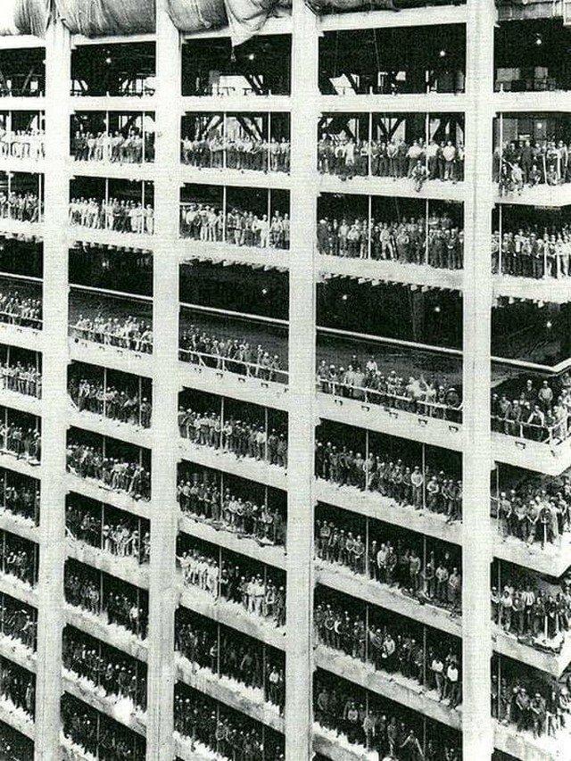 Рабочие позируют во время строительства 60-этажного банка Chase Manhattan Bank, 1955 год.