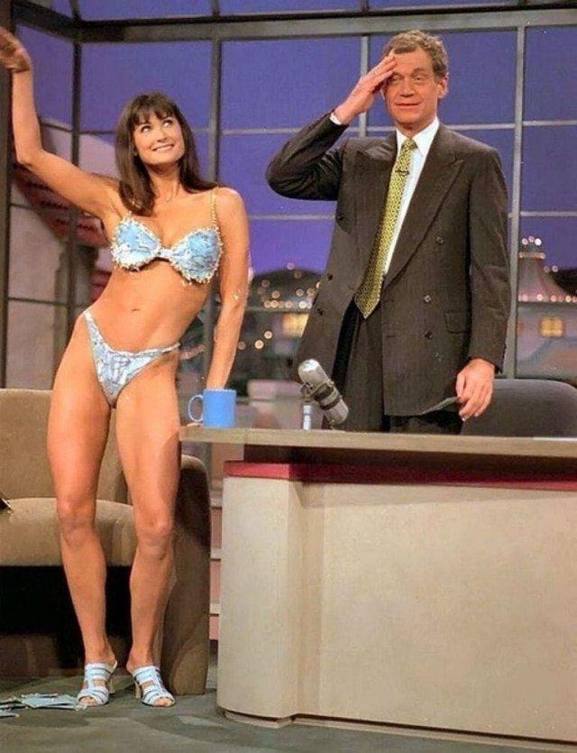 "Деми Мур на шоу Дэвида Леттермана демонстрирует бельё из фильма ""Стриптиз"", 1995 год."
