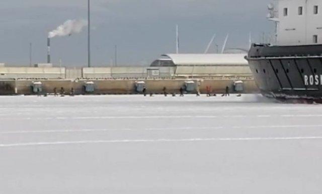 В Санкт-Петербурге рыбаков решили распугать ледоколом
