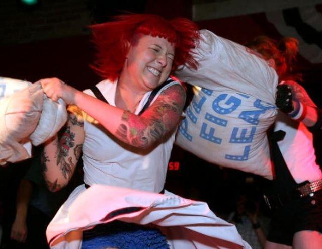 Бой подушками — признанный вид спорта в Канаде