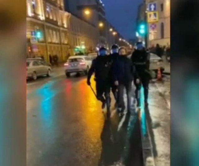 На митинге 23 января боец Росгвардии пнул женщину в живот