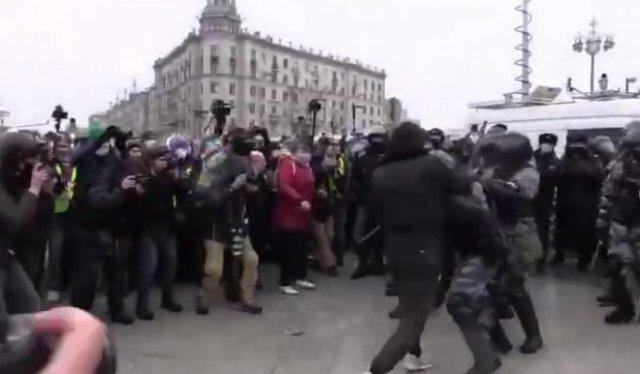 Во время митинга 23 января чеченец устроил жесткую драку с полицейскими