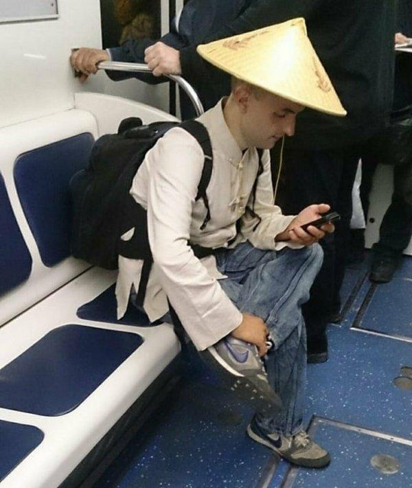 парень в образе китайского крестьянина