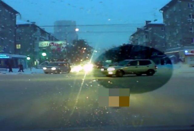 В Новосибирске водитель устроил очень глупое двойное ДТП