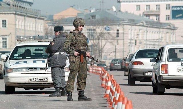 Военнослужащий спецназа охраняет дорогу рядом с посольством США