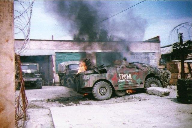 Горящая БРДМ-2 Нижегородского ОМОНа во дворе Главного Управления Оперативных Штабов.