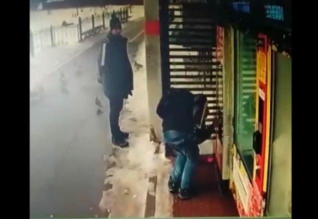 В Сергиевом Посаде парень вступил в бой с кофейным автоматом