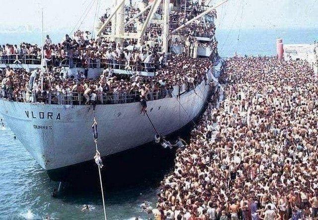 Албанцы штурмуют сухогруз «Vlora», требуя везти их в соседнюю Италию, Албания, август 1991 года.