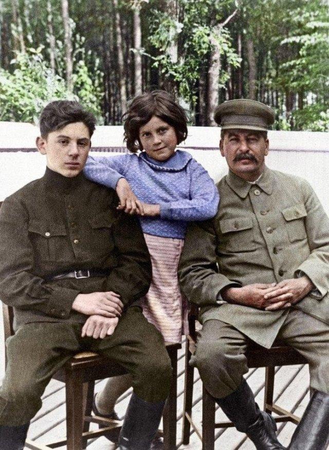 Иосиф Сталин с сыном Василием и дочерью Светланой, 1935 год