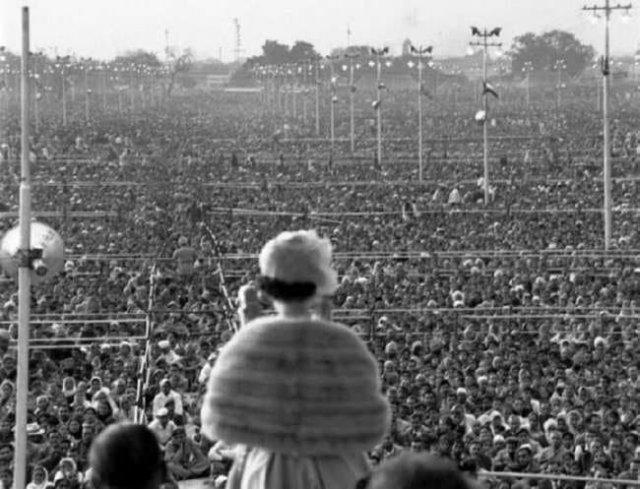 Елизавета II выступает перед жителями Индии, 1961 год