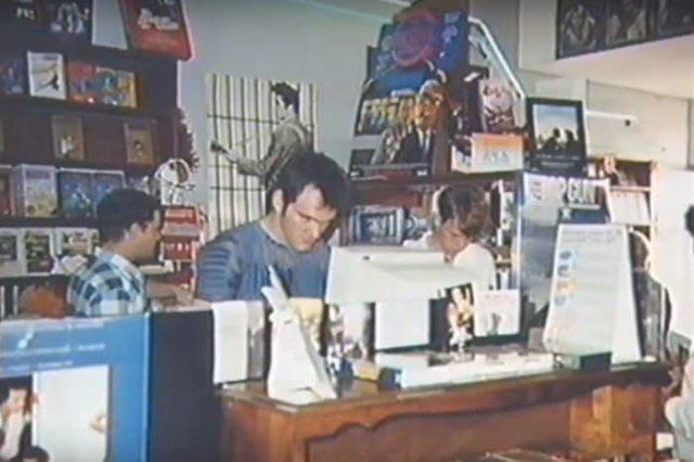 Квентин Тарантино за работой в видеопрокате, 1980–е, Калифорния