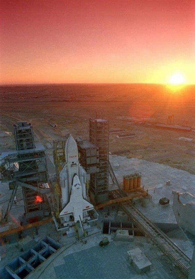 Многоразовый орбитальный корабль-ракетоплан «Буран» на сверхтяжёлом ракетоносителе «Энергия». СССР, ноябрь 1988 года.
