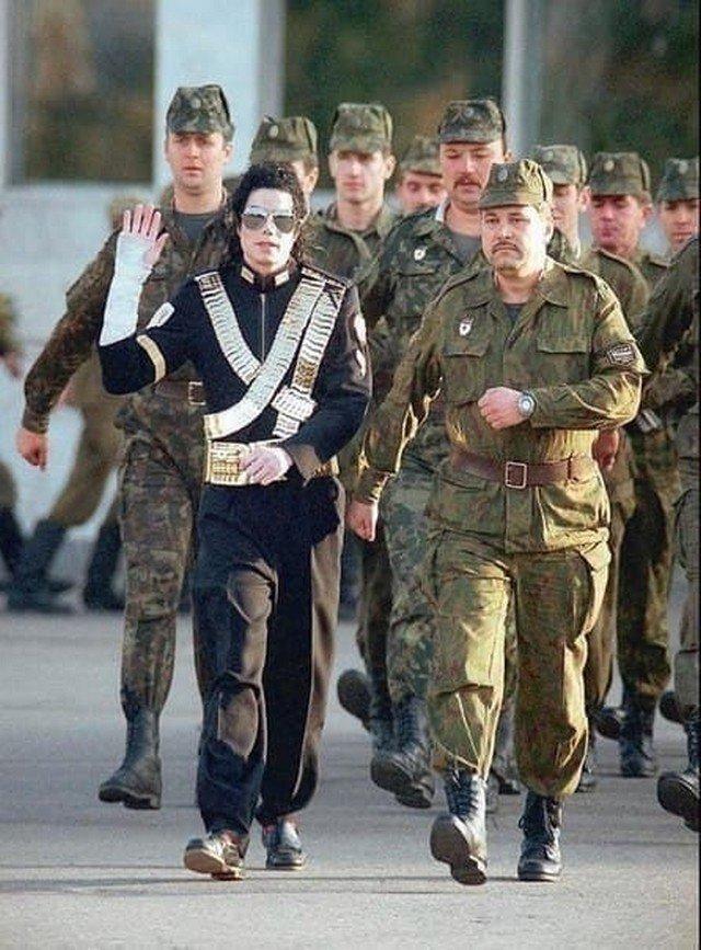 Майкл Джексон марширует с российскими солдатами, 1993 год.