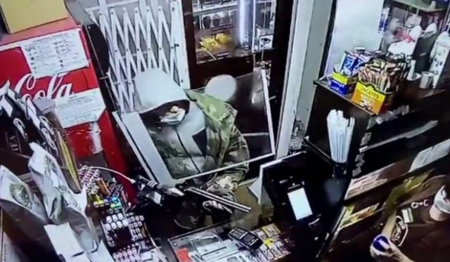 Продавщица против грабителя с ружьем