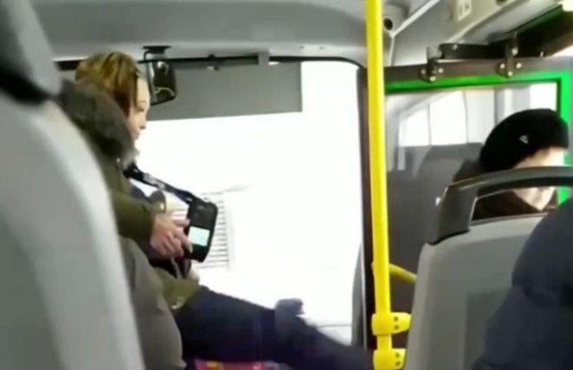 В Красноярске кондуктор пинками вытолкала пассажирку из автобуса