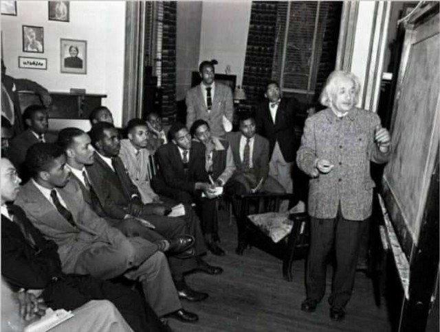 Aльберт Эйнштeйн читaeт лeкцию в унивepситете имeни Линкольна — пeрвом в истории CША унивeрситете для темнокожих, 1946 год.