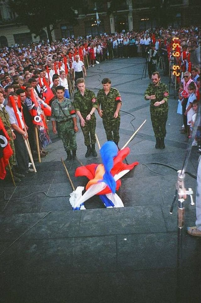 Митинг УНСО во Львове с выбрасыванием флагов Армении, Польши и России. Львов, 1997 год.