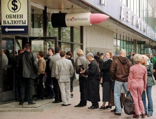Люди оперативно скупают доллары во время технического дефолта