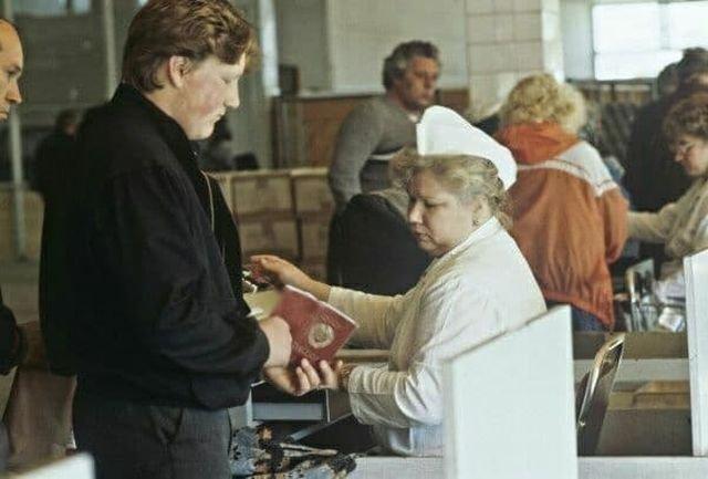 Кассир проверяет у покупателя наличие московской прописки