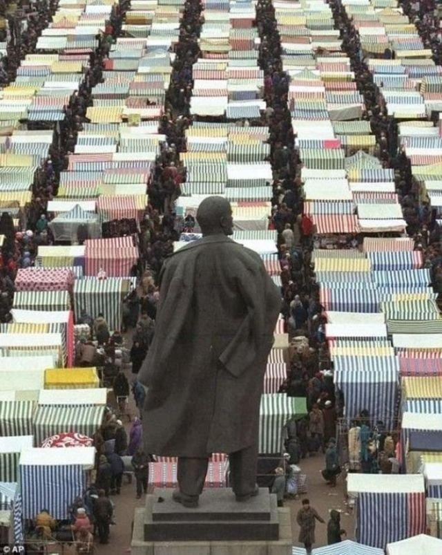 Ленин следит за базаром, Москва, 1996 год.