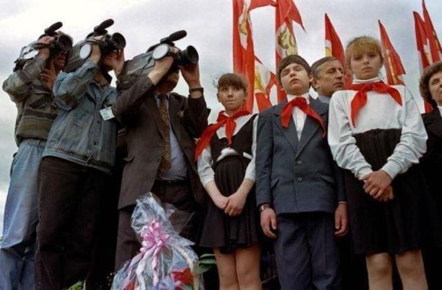 Постсоветские пионеры внимательно слушают