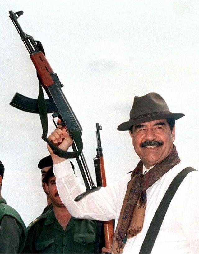 Живой и веселый президент Ирака Саддам Хусейн с автоматом АК-47. Ирак, 1990-е.