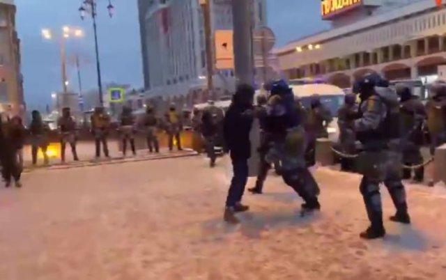 Постановка или нет? На митинге 31 января парень напал с битой на полицейских