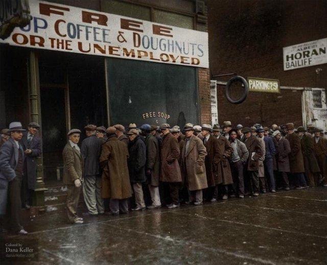 Безработные стоят в очереди в бесплатную столовую Аль Капоне. Великая Депрессия. Чикаго, США. 1931 год.