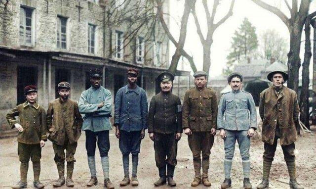 Пленные Антанты из восьми разных стран в неизвестном немецком лагере военнопленных, 1918 год. Первая Мировая война.