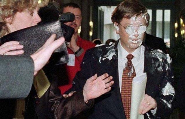 Билл Гейтс после броска в него тортом, 4 февраля 1998 года, Брюссель.