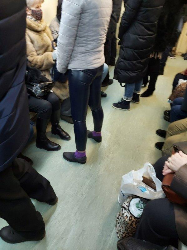женщина в кожаных штанах