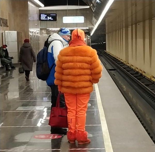 женщина в оранжевой одежде