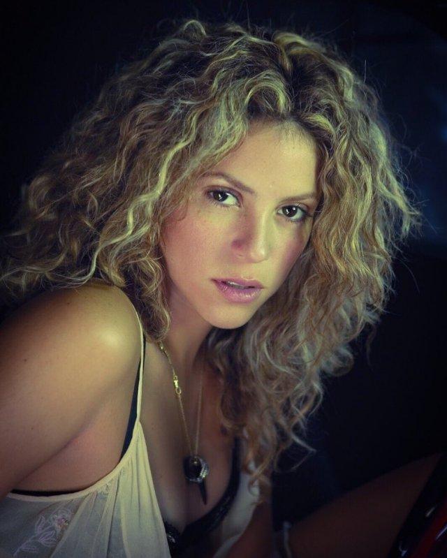 Шакира на съемках клипа с белой кофте