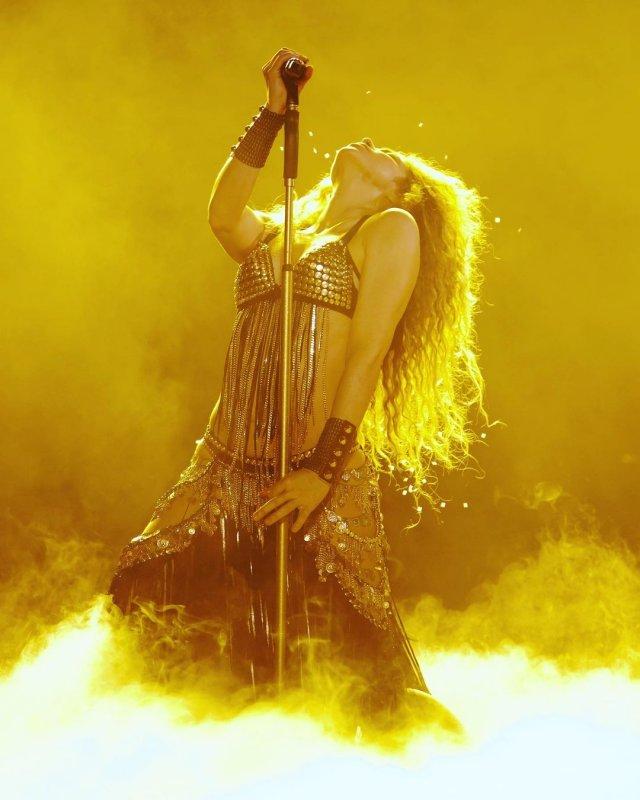 Шакир в лифчике на концерте