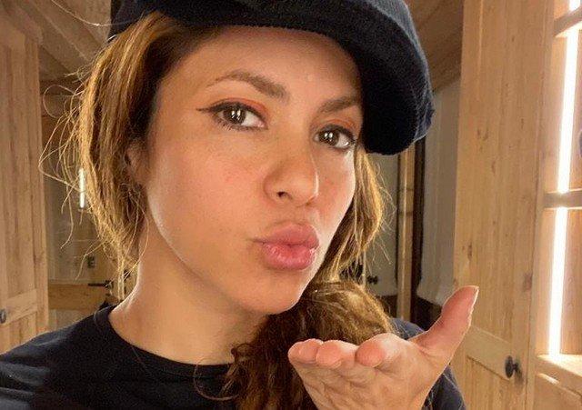 Шакира в кепке и черной кофте