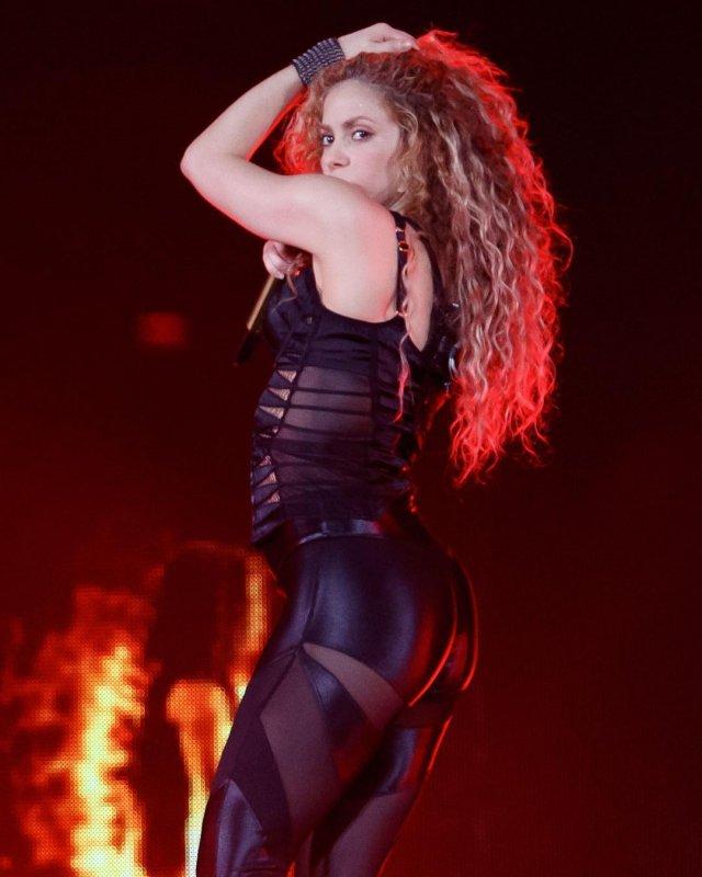 Шакира в черном боди на концерте