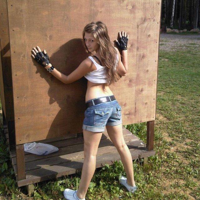 Настя Ивлеева архивные фото в белой майке и джинсах-шортах