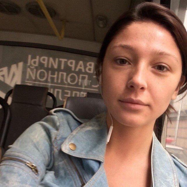 Настя Ивлеева архивные фото без макияжа в джинсовой куртке