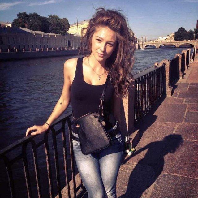 Настя Ивлеева архивные фото в черной майке и джинсах на набережной в Петербурге