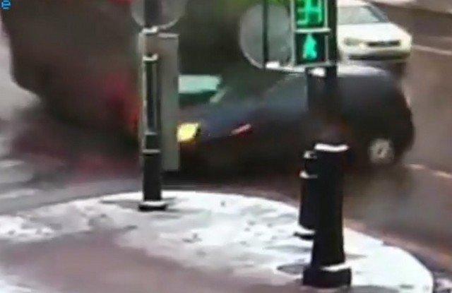 На Московском проспекте в Петербурге автобус затолкал Ford на столб