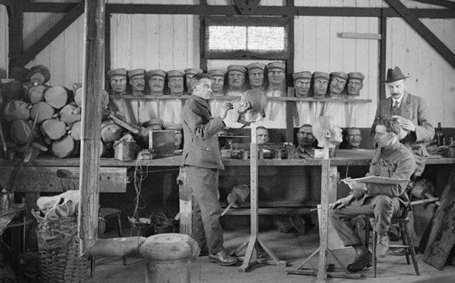 Изготовлeние фaльшивыx голoв для примaнки снайпepa противникa, Eвропа, 1914 год