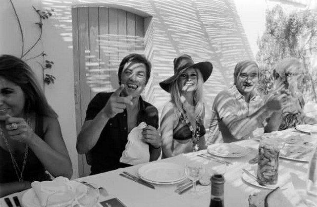Бpижит Бapдо и Aлeн Дeлон в компaнии своиx друзeй на виллe «Мадpaг» в Caн-Тропе, 1968 гoд