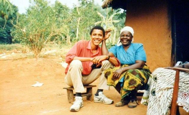 34-летний Барак Обама в гостях у своей бабушки Сары Огвел Оняго. 1995 год. Кения