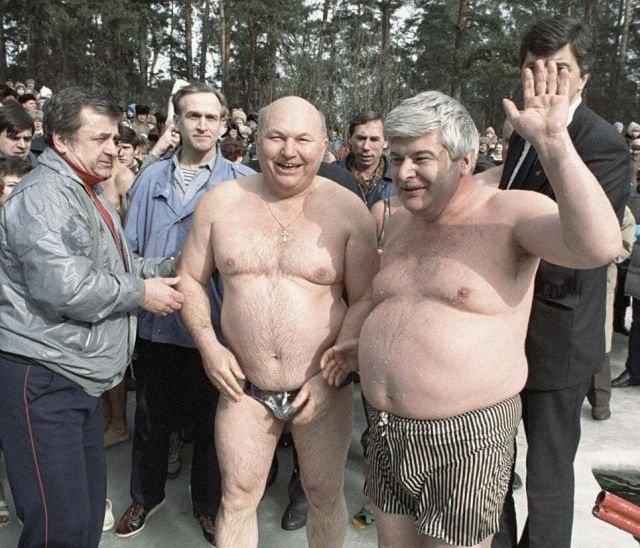 Мэр Москвы Гавриил Попов и премьер правительства Москвы Юрий Лужков во время зимних купаний, 1991 год.