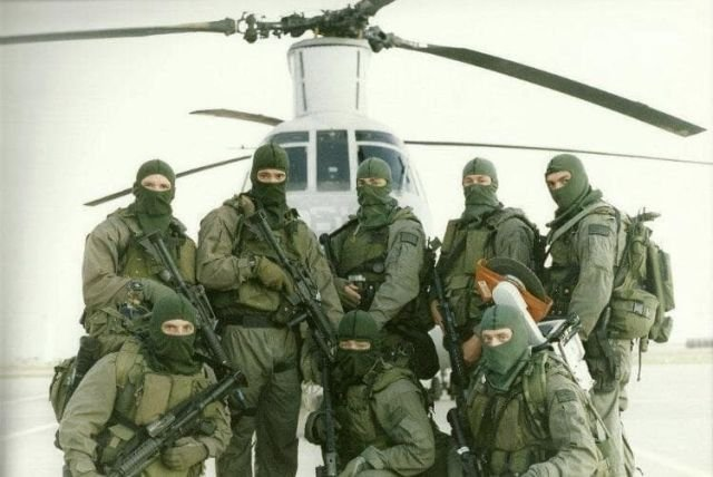Военнослужащие подразделения FORECON Корруса морской пехоты США у вертолета CH-46 Sea Knight. 1990-е годы.