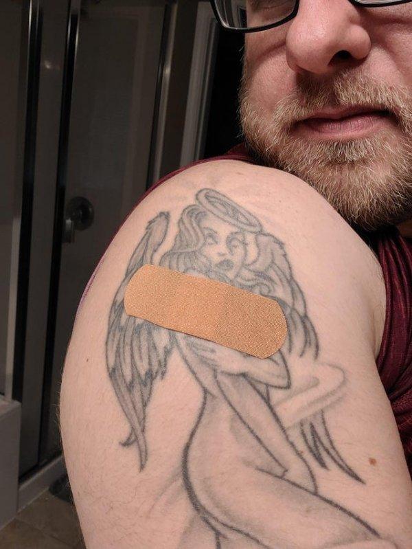 Татуировке сделали укол в то же место, что и ее владельцу
