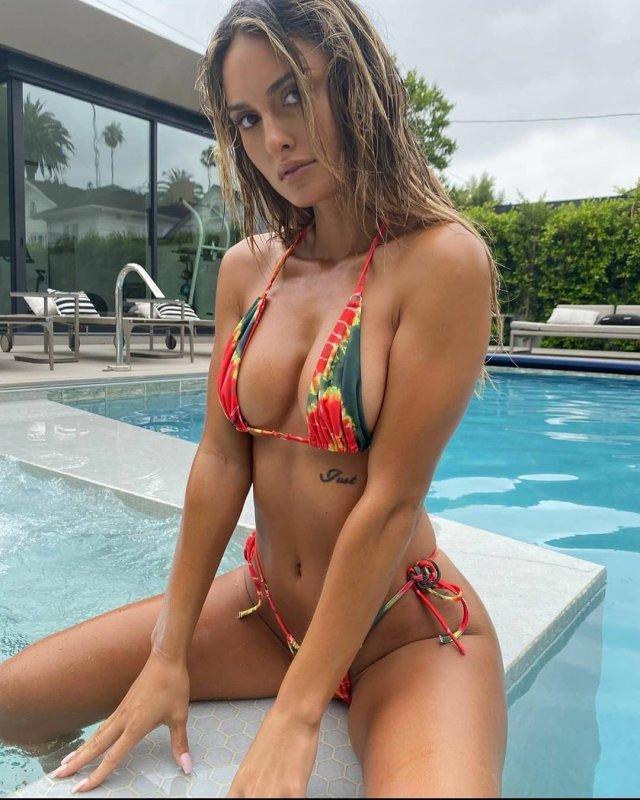 Джулия Роуз - участник акции Hollyboob в разноцветном купальнике