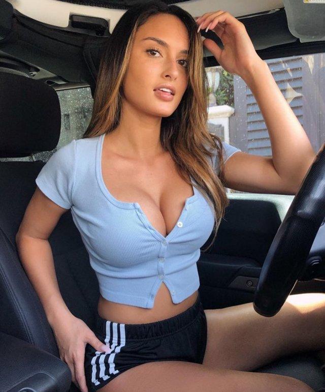 Джулия Роуз - участник акции Hollyboob в синей кофте и черных шортах за рулем